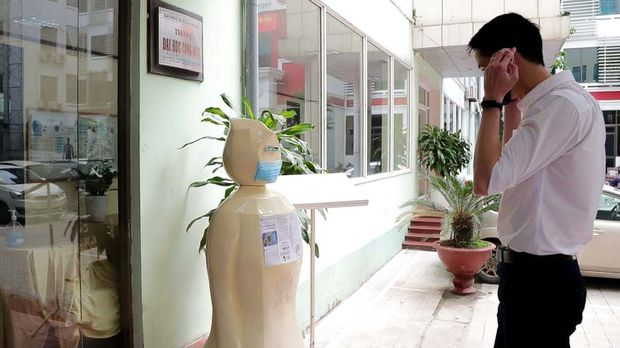 Hanoi university uses robot for mask wearing reminders